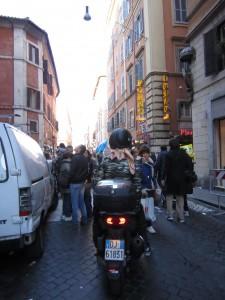 Vissa dagar är det mindre lätt att köra vespa i Rom.