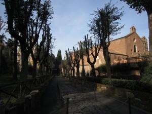På väg ut från kyrkan Tre Fontane