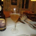 Gott bröd. I förgrunden öl från Tre Fontane (och vid sidan en halv skiva salami).