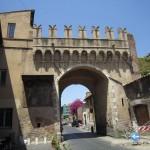 Porta Settimiana med uteserveringen t.v. (fotad i juni).