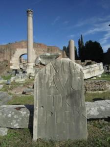 Fragment på Forum Romanum. Vi fortsätter på Augustustemat.