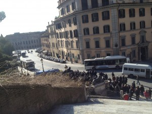 Men titta! Mängder av folk, som inte är turister. Utsikt från trappan till S. Maria in Aracoeli.