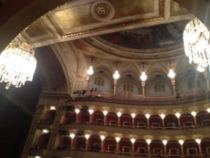 Operan inifrån - loger hela vägen.