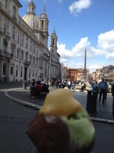 Piazza Navona. Det suddiga i förgrunden är min glass. Choklad och citron var godast.