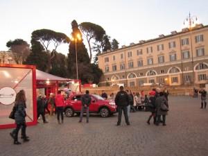 Nyfikna tittar på Fiat på Piazza del Popolo